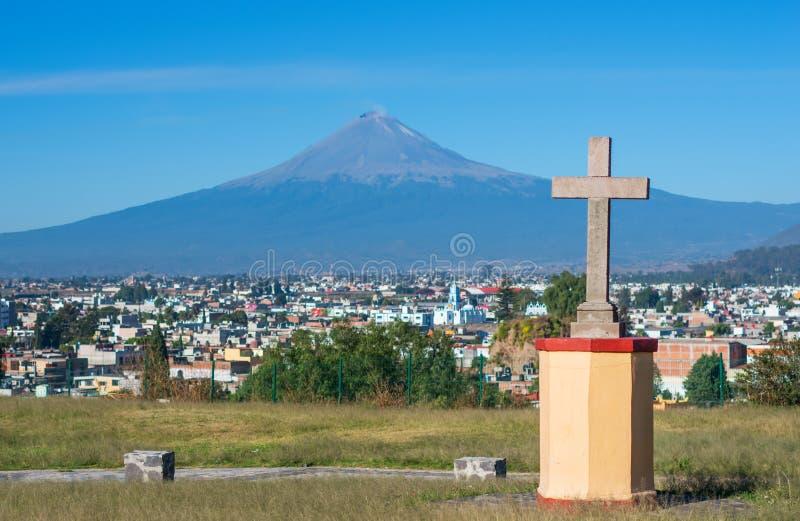 Popocatepetl火山,墨西哥 从补救的维尔京教会的看法在Cholula 库存图片