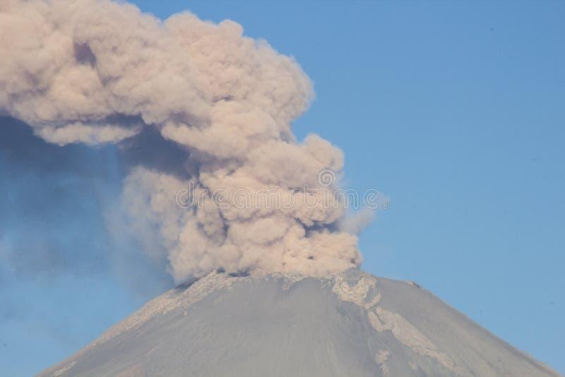 Popocatepetl d'éruption de volcan photographie stock