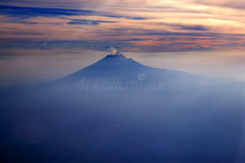 Popocatepetl MEXIKO DF Vulkan vom Himmel stockbilder