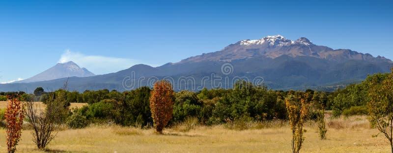 Popocatepetl und Iztaccihuatl lizenzfreie stockbilder