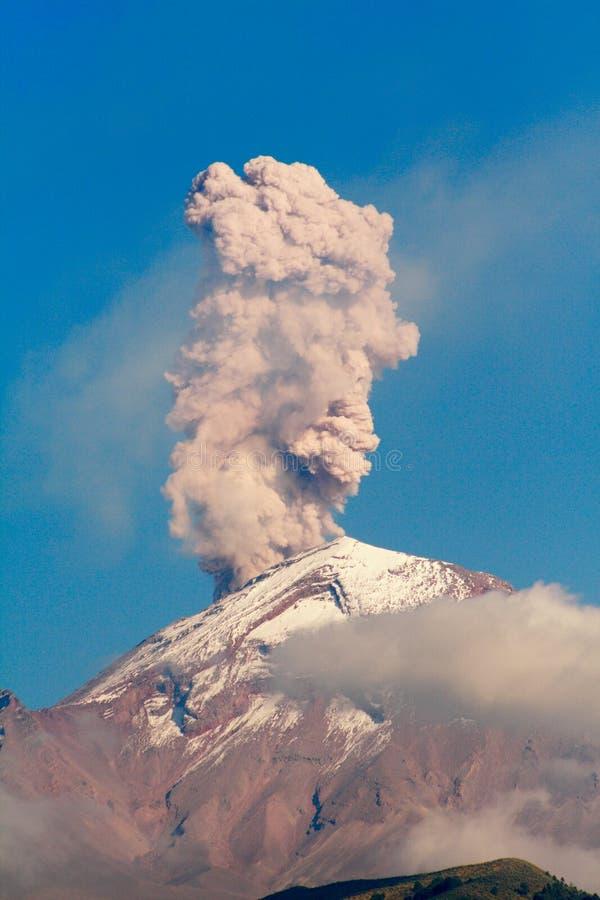 popocatepetl unter Eruption lizenzfreies stockbild