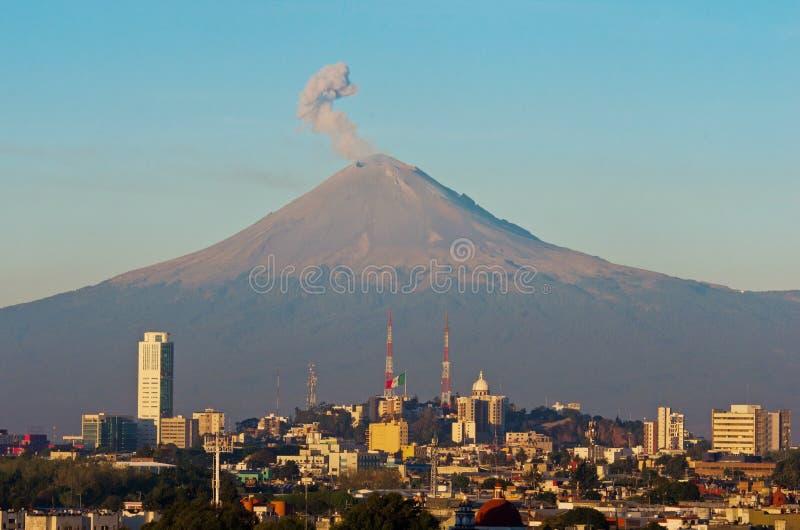 Popocatepetl-Vulkan über der Stadt von Puebla, Mexiko lizenzfreie stockfotografie