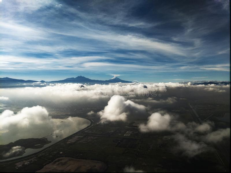 Popocatepetl vulkan nära Mexico - stad fotografering för bildbyråer