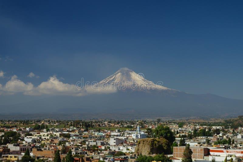 Popocatepetl wulkan Góruje nad miasteczkiem Puebla zdjęcia stock