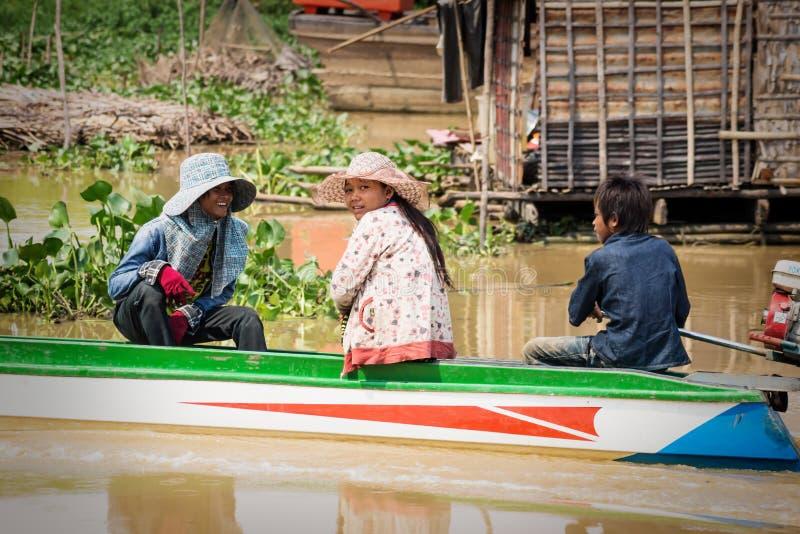 Popolazione cambogiana locale che batte lungo il lago Tonle Sap, Puok, provincia di Siem Reap, Cambogia immagine stock libera da diritti