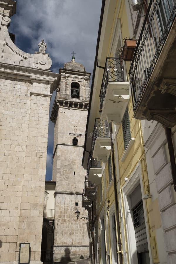 Popoli Abruzzo, Italia: la piazza principale immagine stock