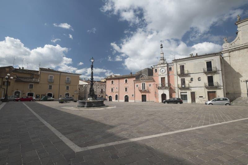 Popoli Abruzzo, Italia: la piazza principale immagine stock libera da diritti