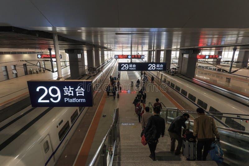 Popolo cinese dentro la stazione aperta di recente del treno ad alta velocità a Kunming La nuova stazione ferroviaria veloce coll immagine stock libera da diritti