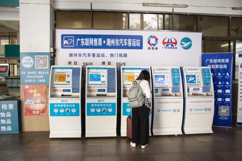 Popolo cinese e bus stranieri del biglietto dell'affare del passeggero dei viaggiatori dal distributore automatico automatico nel fotografia stock