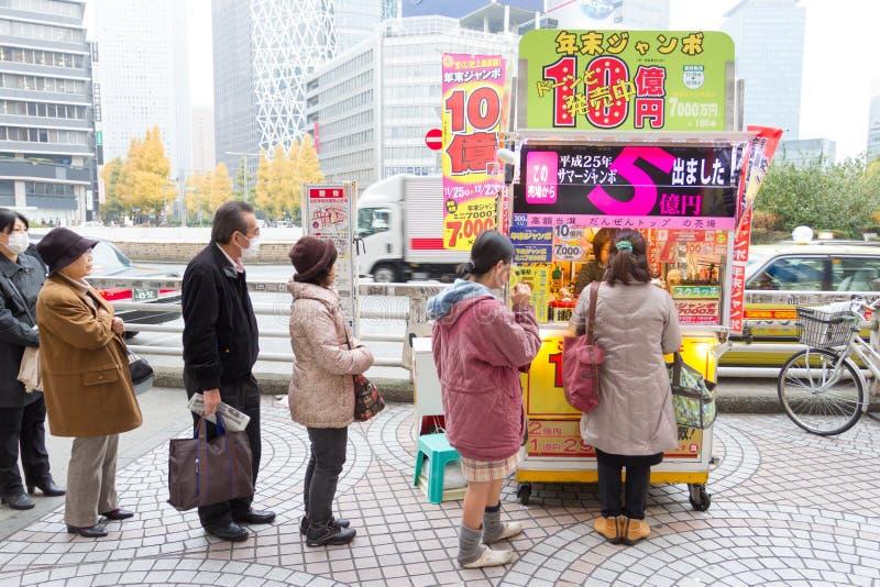 Popolo giapponese che compra lotteria fotografie stock libere da diritti