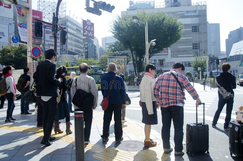 Popolo giapponese dei segnali stradali di traffico in attesa per traffico di incrocio della passeggiata fotografia stock libera da diritti