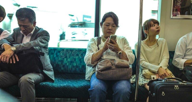 Popolo giapponese sul treno fotografia stock