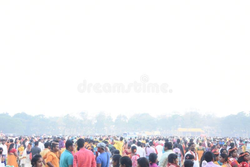 Popolo indiano che giocano holi con i colori e gulal in una terra immagini stock