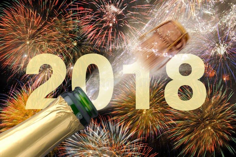 Poppa champagne och fyrverkerier på helgdagsaftonen för nya år 2018 royaltyfria foton