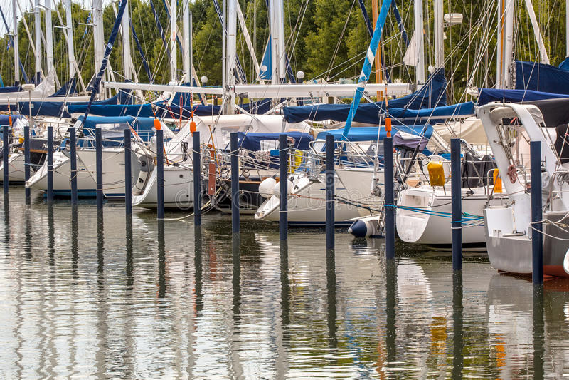 Poppe degli yacht di lusso di navigazione fotografia stock libera da diritti