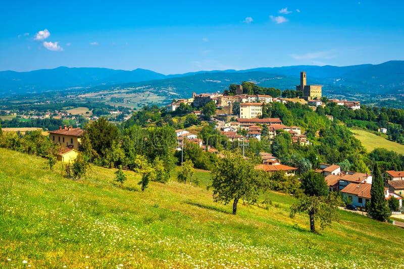 Poppi średniowiecznej wioski panoramiczny widok Casentino Arezzo, Tuscany fotografia stock
