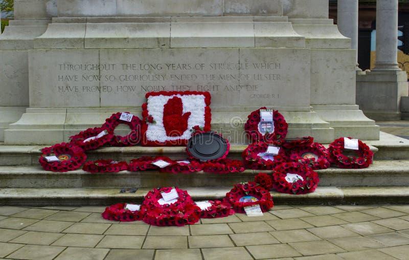 Poppy Wreaths en el cenotafio en ayuntamiento el ` s de Belfast enseguida después de la conmemoración de la batalla de Passchenda imagen de archivo