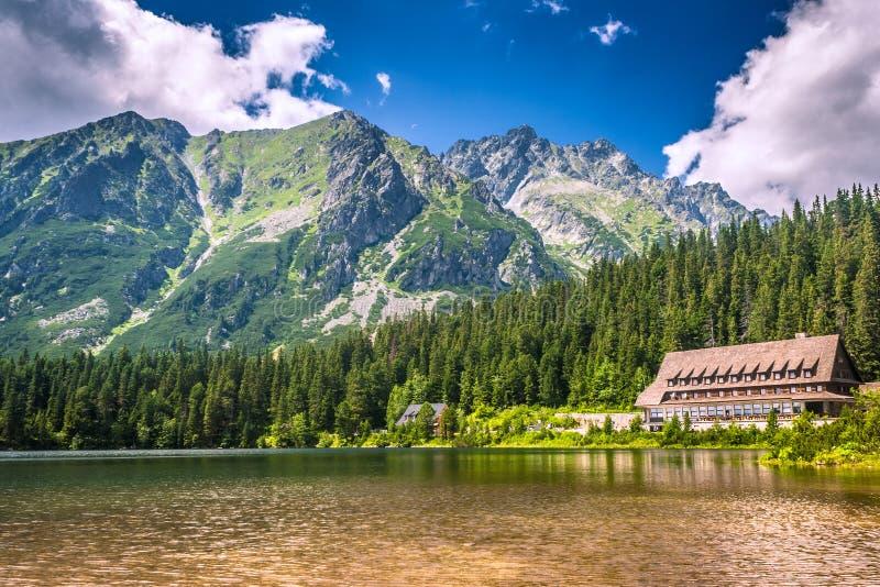 Popradske pleso - bergsjö som lokaliseras i den höga Tatrasen royaltyfria bilder
