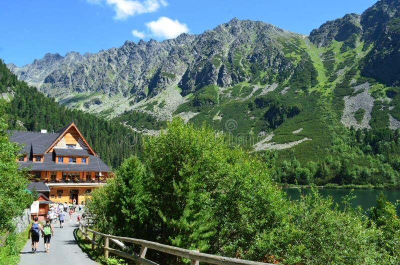 Popradske Pleso halny jezioro w Wysokim Tatras pasmie górskim w Sistani - piękny pogodny letni dzień w popularny tra i wycieczkow obraz stock