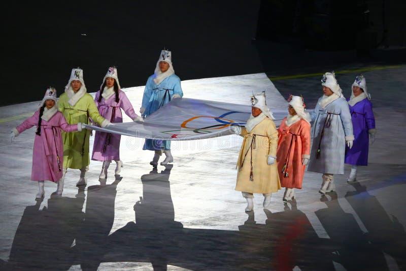 Poprzedni Poludniowo-koreańscy olimpijczycy i Olimpijscy złoci medaliści niosą Olimpijską flaga w Olimpijskiego stadium przy 2018 fotografia royalty free
