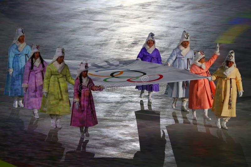Poprzedni Poludniowo-koreańscy olimpijczycy i Olimpijscy złoci medaliści niosą Olimpijską flaga w Olimpijskiego stadium przy 2018 obrazy stock
