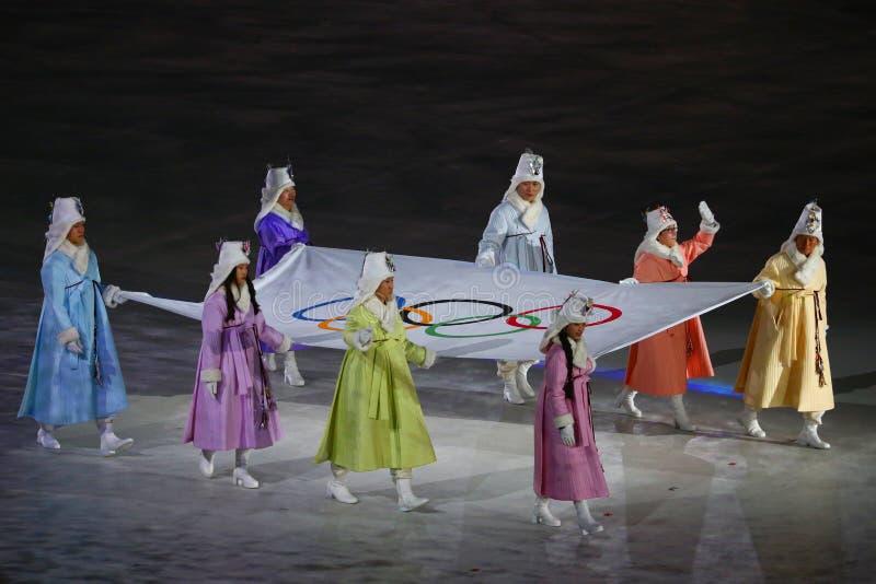 Poprzedni Poludniowo-koreańscy olimpijczycy i Olimpijscy złoci medaliści niosą Olimpijską flaga w Olimpijskiego stadium przy 2018 zdjęcia royalty free