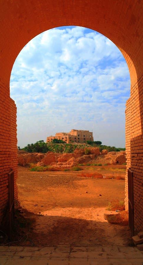 Poprzedni Saddam Hussein pałac, widok przez Babilońskich ruin wysklepia, Irak obraz stock