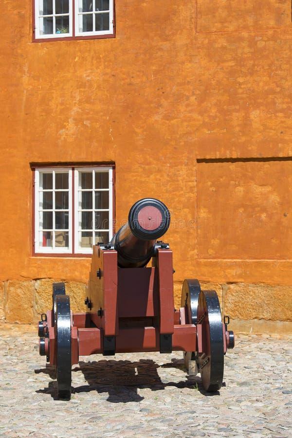 Poprzedni wojskowy koszaruje na obrzeżach Kronborg kasztel, historyczny działo, Helsingor, Dani fotografia royalty free