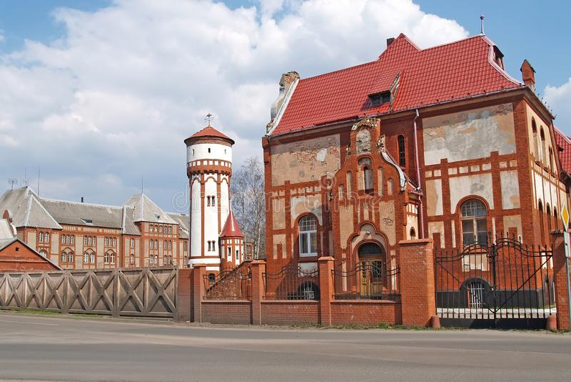 Poprzednia piechota koszarowa i wieża ciśnień w terytorium militarny obóz Baltiysk, Kaliningrad region obraz stock