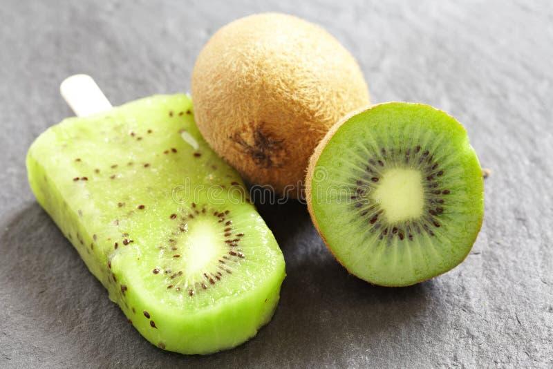 Popsicle del helado del kiwi imágenes de archivo libres de regalías