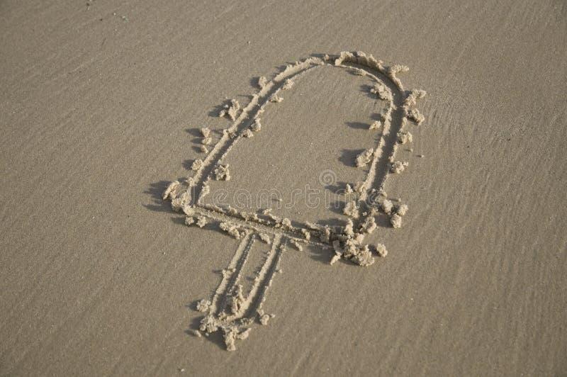 Popsicle inciso sulla sabbia immagini stock libere da diritti