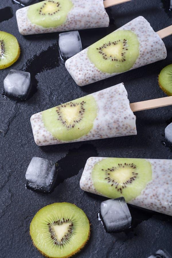 Popsicle od chia kiwi i jogurtu fotografia stock