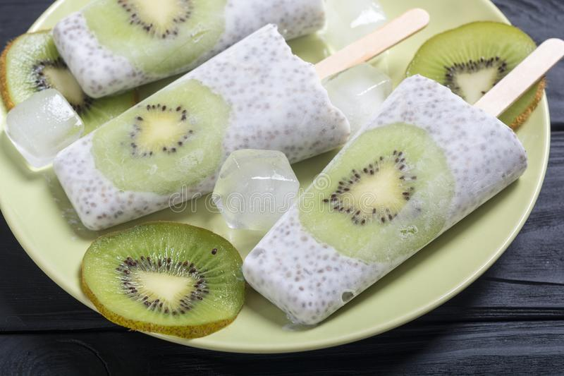 Popsicle od chia kiwi i jogurtu zdjęcie royalty free