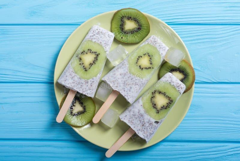 Popsicle od chia kiwi i jogurtu zdjęcia royalty free
