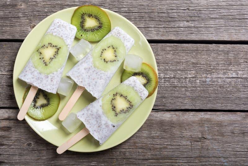 Popsicle od chia kiwi i jogurtu obraz royalty free