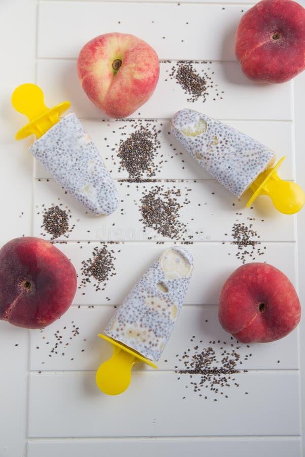 Popsicles με τους σπόρους και το ροδάκινο chia στοκ εικόνες με δικαίωμα ελεύθερης χρήσης