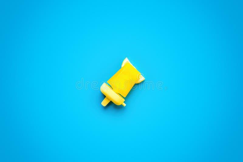 Popsicles που απομονώνεται σπιτικό στο μπλε στοκ εικόνα με δικαίωμα ελεύθερης χρήσης