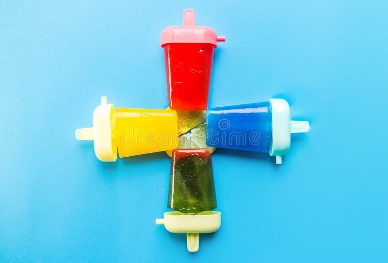 Popsicles που απομονώνεται σπιτικό στο μπλε στοκ φωτογραφία
