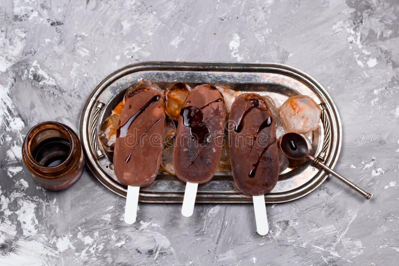 Popsicles мороженого шоколада или кофе стоковые изображения