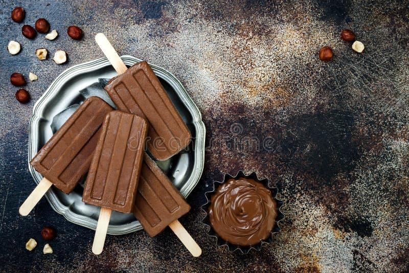 Popsicles fudge шоколада банана Vegan с домодельным распространением фундука Лед сметанообразного молокозавода свободный хлопает, стоковое изображение