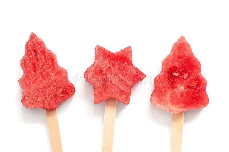 Popsicles na kiju arbuz w formie choinki i gwiazdy na białym tle Odg?rny widok, mieszkanie nieatutowy zdjęcia royalty free