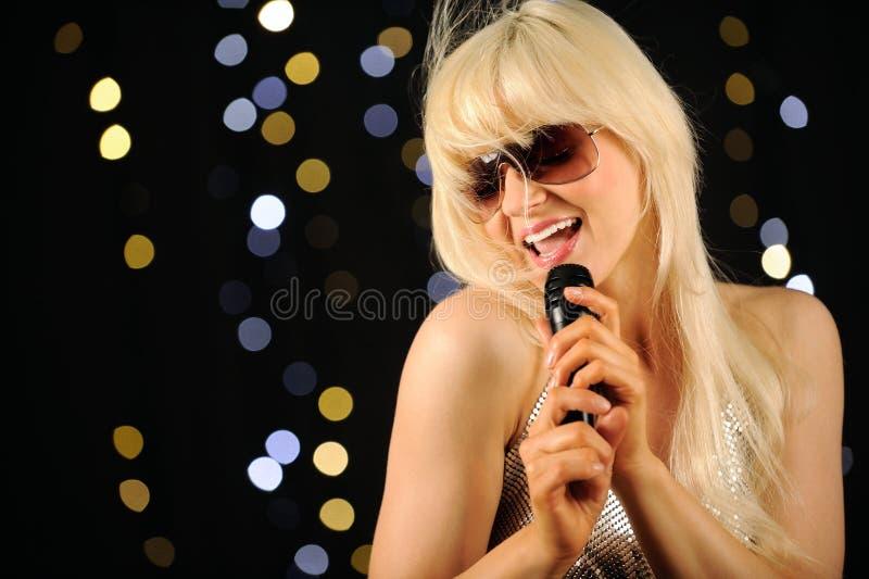 Popstar, der auf Stufe singt lizenzfreie stockbilder