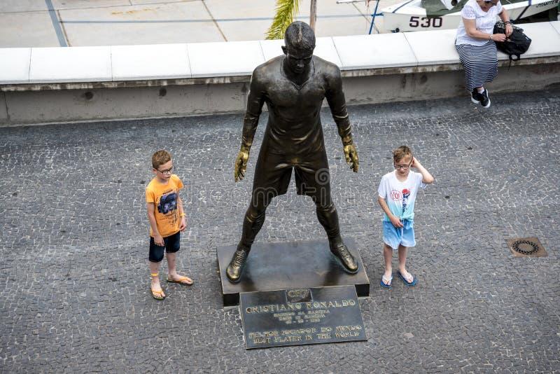 Populär staty av Cristiano Ronaldo, den internationella fotbollsspelaren, som var den bördiga madeiran royaltyfria bilder