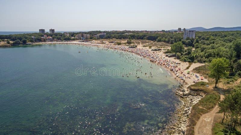 Populär strand på Blacket Sea från över arkivbild
