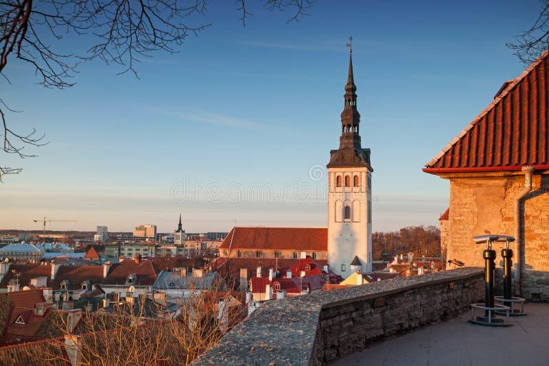 Populär synvinkel i gammal stad av Tallinn, Estland arkivfoton