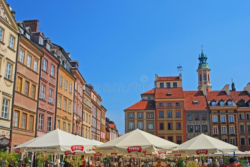 Populära Al Fresco Dining under sommar Tid på den gamla staden Market Place för Warszawa royaltyfria foton