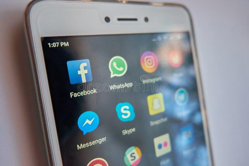 Populära samkvämnätverk på en smartphoneskärm arkivfoton