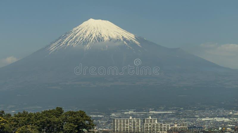Populäre Gebäude mit einer Ansicht auf der Ostseite des Schnee-mit einer Kappe bedeckten Fujisans, Japan stockfotografie