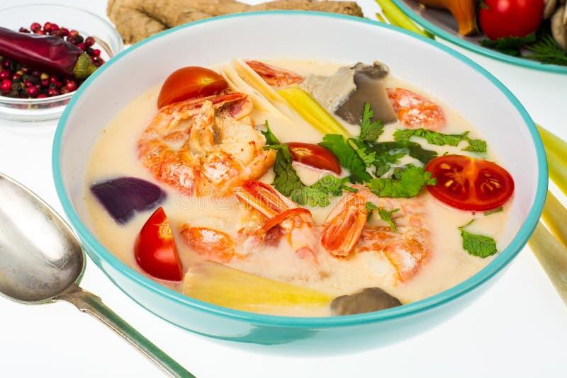 Populäre thailändische Tom-Jamswurzelsuppe mit Garnelen und Gemüse auf weißem Hintergrund lizenzfreies stockbild