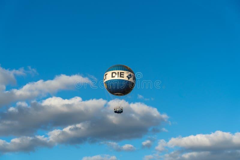 Populäre Unterhaltung unter Touristen, eine Heißluftballonfahrt über Berlin stockbild